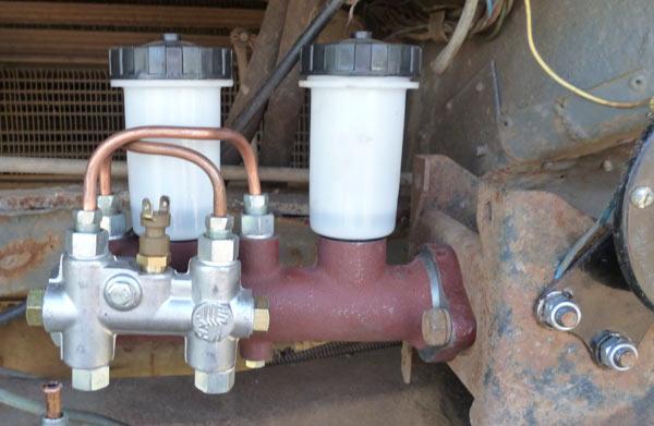 Установленный главный тормозной цилиндр